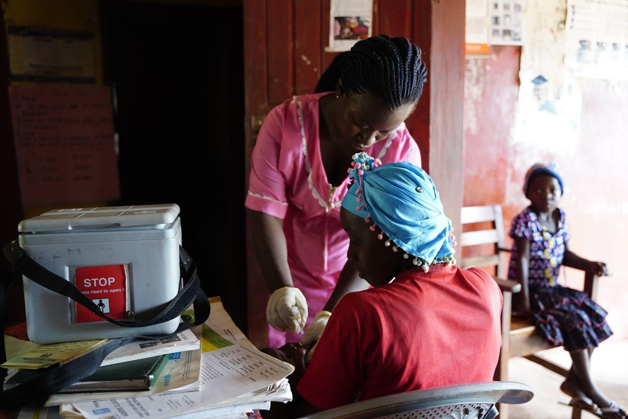 Zdravotní sestra v Sierra Leone bojuje proti šíření viru COVID-19