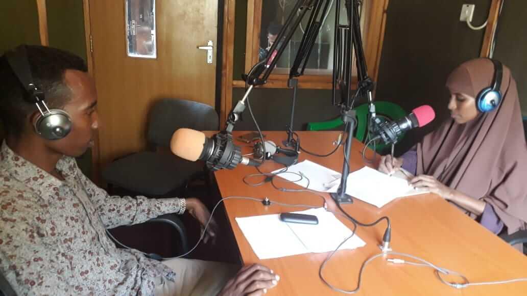 Výuka navzdory koronaviru: Děti uprchlíků v Keni se nadále vzdělávají prostřednictvím rádia